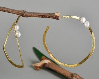 Gold pearl hoops, large thin hoop, hammered stud, white pearl jewelry, wavy hoop, big women hoop, twisted loop, wedding jewel, handmade ring