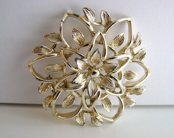 Vintage Sarah Coventry gold flower brooch (G5)
