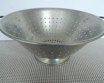 Colander, Aluminum strainer, Metal drainer, Kitchen utensil, Vegetable drainer, Beautiful condition, Vintage