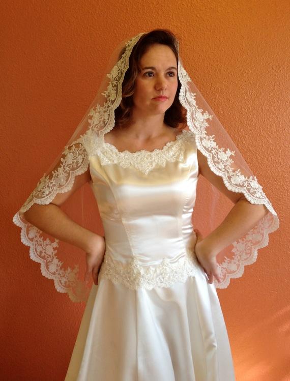 Bridal Lace Veil Wedding veil in hip length Mantilla with