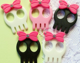 5 Pcs Grinning Skulls with Bows - 29x22mm