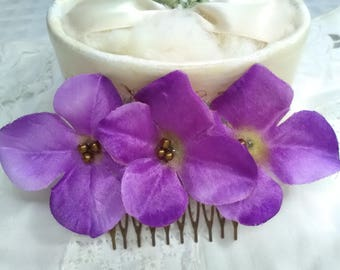 Peinecillo of purple flowers mounted on metallic base, old gold color, very elegant, light and flattering.