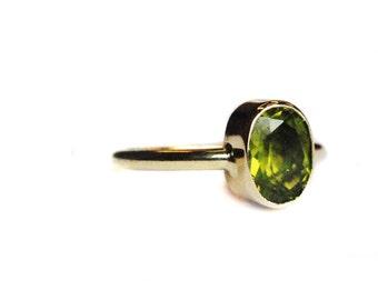 Bague péridot avec 14 K or, vert péridot, anneau de Pierre péridot ovale, beaux bijoux, bague en or, péridot bague en or, bague en or simple