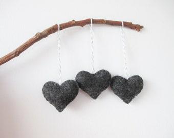 Charbon de bois gris coeur feutrine Eco ornement - fait à la main - la Saint-Valentin - sapin de Noël - décoration de vacances