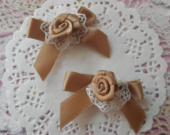 Knots light brown satin with a satin rose on a ruffle in white lace 4,00 cm wide (x 2 bows)