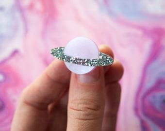 Paillettes d'argent nacré rose sculpté anneau de Saturne acrylique / planète bijoux / espace bague / bijoux Galaxy / Pastel bijoux /