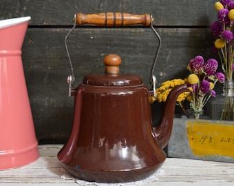 Bouilloire émail brun vintage avec manche en bois théière métal émaillé décor de cuisine rétro