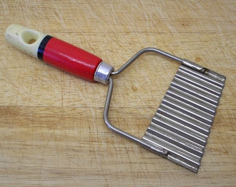 Vintage crinkle cutter by Skyline. 1950s potato slicer red cream black wood handle Made in England Kitchen tool utensil Kitchenalia cookery