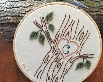 Cerceau de brodé personnalisé avec arbre et initiale. Woodland broderie chambre d'enfant mariage nature monogramme