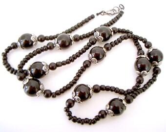 Classique moyen noir collier de perles mi longueur avec des grosses perles rondes et tourbillon argent ETS bonnet