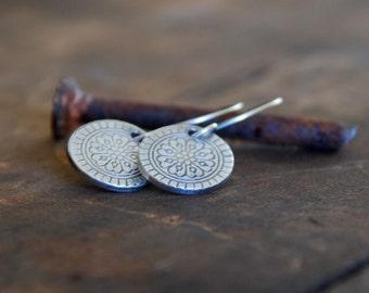 Boucles d'oreilles Mandala - fait à la main. Fin oxydé et argent sterling