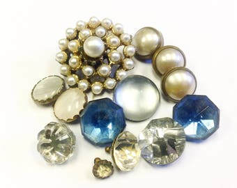 Lot, or collection, of vintage buttons, including pearl, paste and Vauxhall glass buttons.