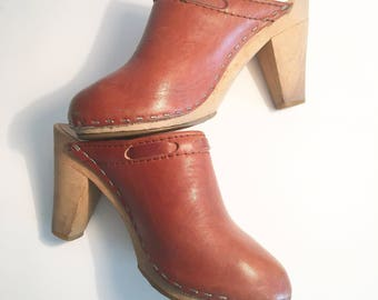 Vintage 1970s leather and wood clogs; 1970s leather and wood pumps; vintage leather heels; vintage women's leather shoes; 1970s heels