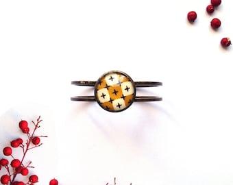 Bracelet manchette avec inclusion de tissu