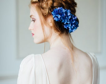 Bridal flower comb with blue silk hydrangea flowers, something blue, fabric flowers, blue hydrangeas, wedding flowers, floral comb