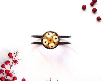 Bracelet manchette en laiton avec inclusion de tissu by Maïwenn D
