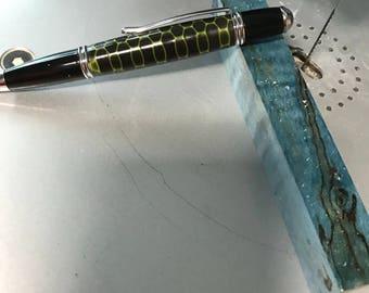 Honeycomb style pen