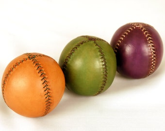 Set of 3 leather juggling balls. Gift for jugglers. 75 mm diameter and 175 gr weight. Juggling balls. Juggling set. Orange. Green. Violet.