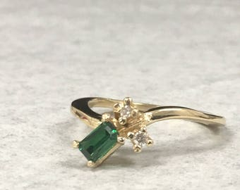 14KT Ladies ring with Genuine Diamonds and green stone ~ size 6 1/4