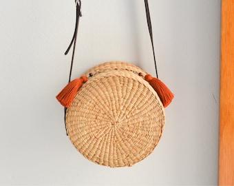 Straw bag • straw handbag • straw crossbody bag • straw round bag • straw bag with dark brown leather strap • boho bag