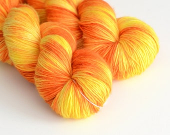 "Hand Dyed Sock Yarn - ""Apollo"" - hellorange und Sonnenlicht gelb - Fingering Weight"