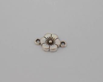 """2 small """"flowers"""" in antique silver connectors. (8444094)"""