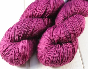 Skein hand dyed - Fingering - superwash Merino & Nylon (75/25) - 100 g / m 425 - grape juice