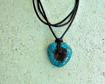 Collier, cordon en cuir avec pendentif mâché papier bleu: Heron