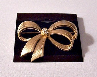 Avon Crystal Bow Brushed Pin Brooch Gold Tone Vintage Ribbon Large Open Loops Graduated Bands
