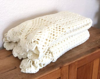 Vintage Handmade Afghan Scalloped Edges / Cream / Neutral