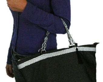 Zipped purse line grey wool and silver plaited. Silver chain handles. Door hand or shoulder.