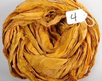 Ruban de Sari, recyclé en soie sari ruban, ruban de soie de Sari, tapis d'approvisionnement, ruban de sari doré, approvisionnement en tissage, tricot d'alimentation
