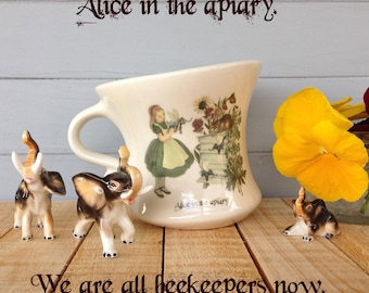 Au pays des merveilles Home Decor, tasse de thé dansant, Alice au pays des merveilles, Through the Looking Glass, tasse à thé en Alice, tasse de thé, sauver les abeilles