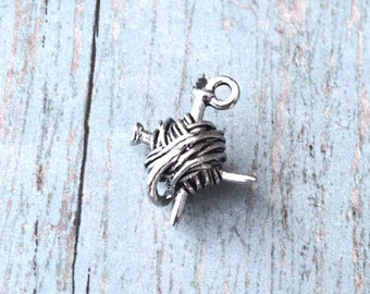 Yarn and knitting needles charm 3D pewter (1 piece) - silver yarn pendant, knitting charms, ball of yarn charms, yarn skein charms, VV1