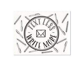 Texte moins. Écrire plus. Badge - carte postale de typographie
