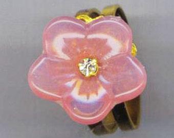 Bague fleur de verre rose. Anneau de la Rose Saint-Valentin. Pétale de rose fleur. Bague filigranée à Floral. Strass - chic fleur par enchantedbeas sur Etsy