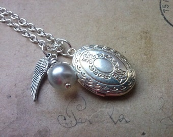 Oval medallion necklace with wings ~ silver ~