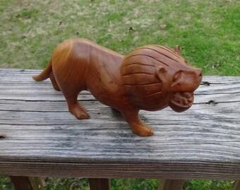 1980er Jahren oder früher Vintage geschnitzt Holz Lion, Massivholz mit großen Details, Jahrgang tierische Dekoration für Zuhause, 8,25 x 2 Zoll, afrikanischen Löwen