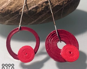 Pendant earrings with open hoop made of paper and steel handmade unique piece. Jewel made by the quilling technique. Colours: bordeaux, red.