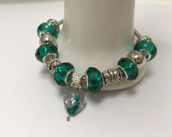 Bracelet charm's, green, with various beads and heart lampwork ref 831