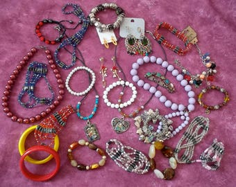 Beautiful lot of vintage jewelry / 25 pieces