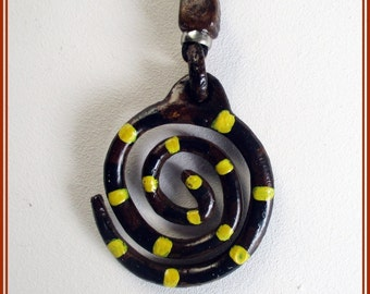 Colgante espiral. Colgante artesanal espiral. Colgante hecho a mano. Colgante pintado a mano. Colgante chic.