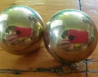 Beautiful vintage 80s round gold tone stud earrings.