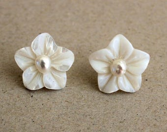 Stud earrings with nacre flowers and natural freswater pearls with sterling silver 925 , stud earrings with mother of pearl and silver