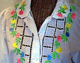 Vintage 70s Hippie Blouse w/ Embroidered Flowers. Cutwork