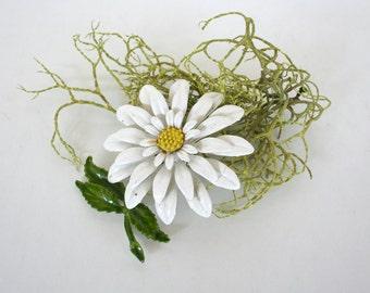 Vintage enamel daisy pin. Mid century, retro, flower power, white, yellow, green, summer, spring.