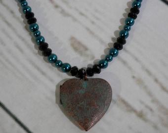 MAGNIFIQUE médaillon en coeur vert de gris sur un collier de cristaux et perles de verre