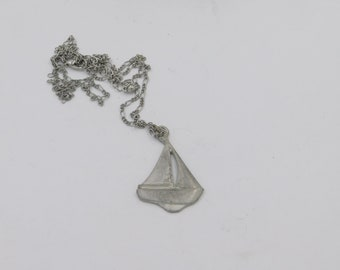 Beautiful Sailboat Pendant and Chain Necklace Looks Pewter  dr30