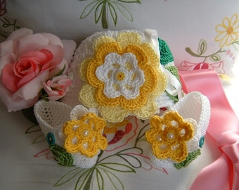 Hat and shoes handmade in white cotton crochet with applied yellow flowers. Crochet Baby Summer Fashion
