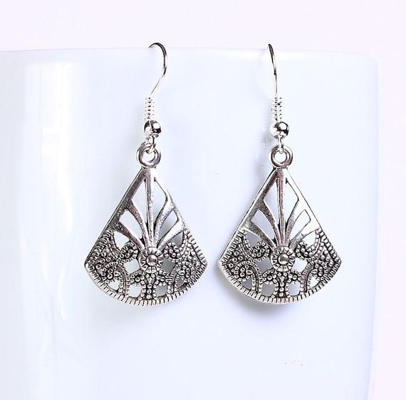 Antique silver tone fan drop dangle earrings (562)